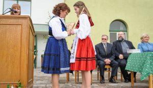 Kozsokár Hanna aranyokleveles végzőstől búcsúzik az igazgatónő