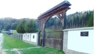 Betonnal torlaszolták el a kapu előtt húzódó sáncot és átereszt