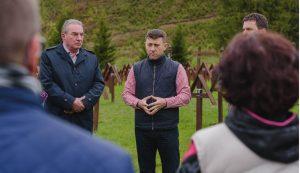 Winkler Gyula európai parlamenti képviselő és Tánczos Barna szenátor társaságában látogatta meg az Úz-völgyi katonai temetőt tegnap reggel Gergely András csíkszentmártoni polgármester és Borboly Csaba, Hargita Megye Tanácsának elnöke