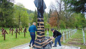 Nagy Zoltán sepsiszentgyörgyi hagyományőrző a segítségére siető csíkiakkal megtisztítja az emlékművet és a kereszteket a rájuk húzott fóliazsákoktól