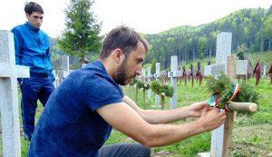Az egyik román fiú az egyetértésemmel nemzetiszínű szalagot kötött az egyik mogyorófa-keresztre