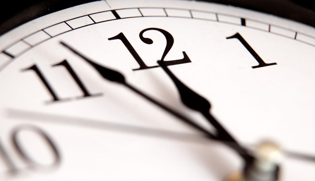 Leszerelik az analóg órákat az angol iskolákban, mert a gyerekek már nem tudják leolvasni őket