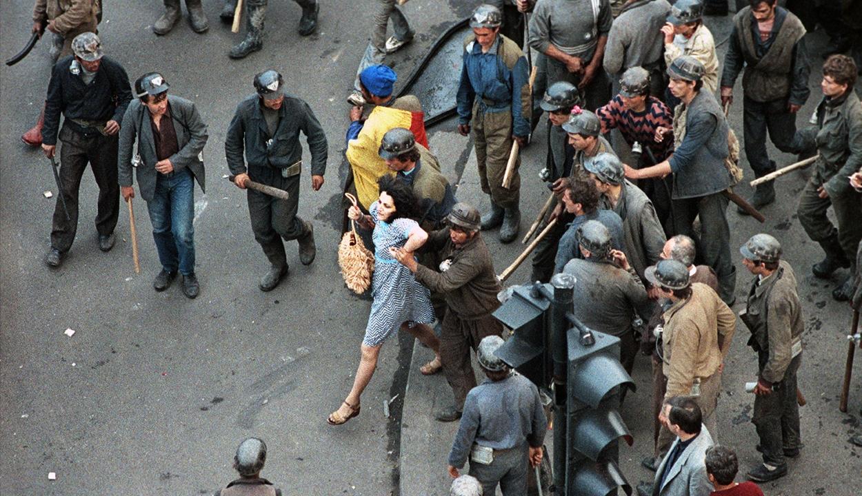 """Elölről kell kezdenie a katonai ügyészségnek az 1990-es bukaresti """"bányászjárás"""" kivizsgálását"""