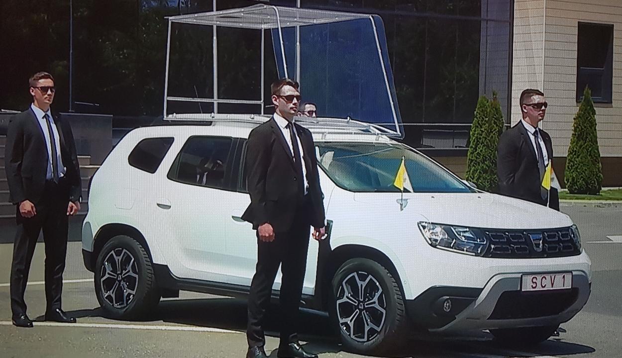 Bemutatták a pápamobillá alakított Dacia Dustert