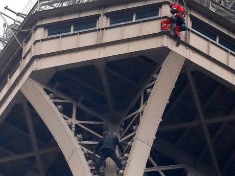 Háromszáz méter magasra mászott egy férfi az Eiffel-tornyon