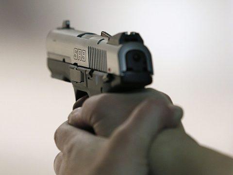 Szolgálati fegyverével lőtt egy agresszív férfire egy bukaresti rendőr; az illető belehalt a sérülésbe