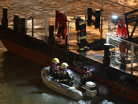 Elsüllyedt egy turistahajó a Dunán a Parlamentnél; legkevesebb hét ember meghalt