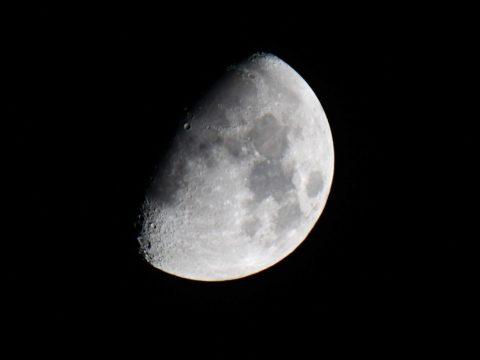 Folyamatosan zsugorodik a Hold