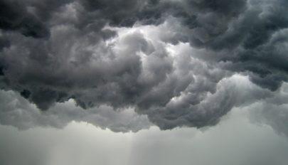 Elsőfokú riasztást adtak ki 13 megyére esőzések és viharok miatt
