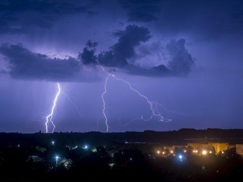 Nem szabadulunk az esős időtől: elsőfokú viharriasztás az ország 23 megyéjében