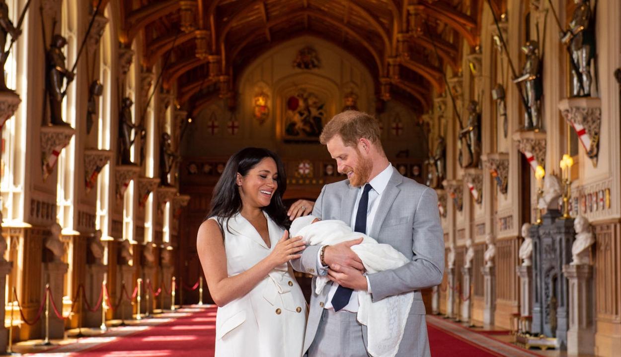 Megérkeztek az első fotók Meghan Markle és Harry herceg kisfiáról