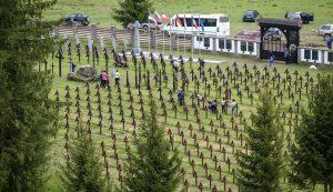Május 17-én a csíkszentmártoni önkormányzat dolgozói karbantartást végeztek Úzvölgye átalakított magyar katonai temetőjében