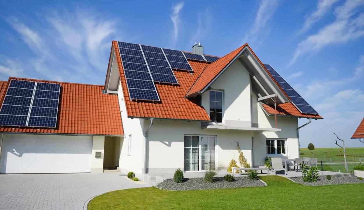 Építkezési engedély nélkül lehet napelemet szerelni az épületekre