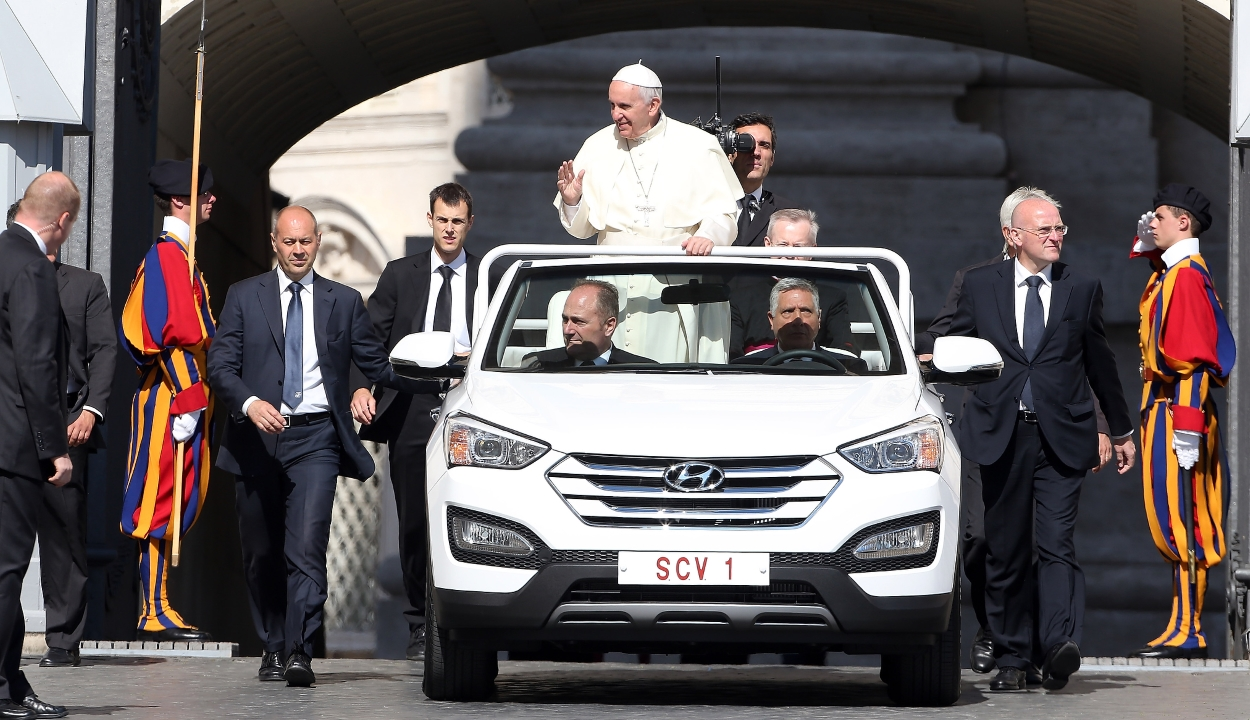 Sürgősségi kormányrendelettel engedélyezték a pápamobil egyedi rendszámát