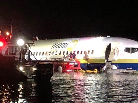 Folyóba csúszott egy landoló utasszállító repülőgép Floridában