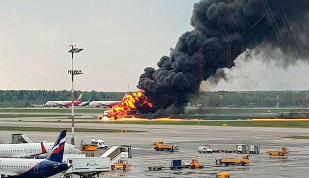 Kényszerleszállást hajtott végre egy gép Moszkvában, több mint negyvenen meghaltak