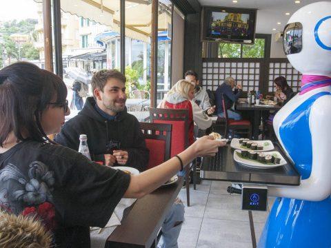 Munkába állnak Olaszország első robotpincérnői
