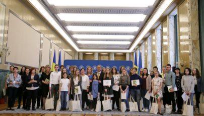 Románnyelv-versenyen győztes magyar gyerekeket díjaztak a Victoria-palotában