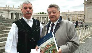 Szalai Bélával, az Iconographia Locorum Transsylvaniae című könyv szerzőjével. A kötet felbecsülhetetlen látképgyűjtemény, ezenfelül egyedülálló katalógusa Erdély ikonográfiájának