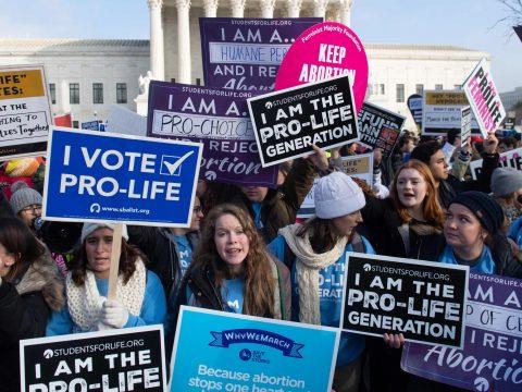 Szinte teljes abortusztilalmat szavaztak meg az amerikai Alabamában
