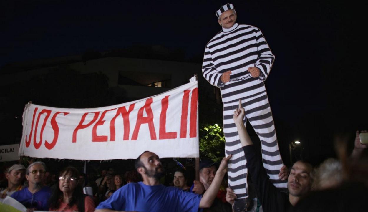 Néhány százan tüntettek a fővárosban a kormánykoalíció és a külügyminiszter lemondását követelve