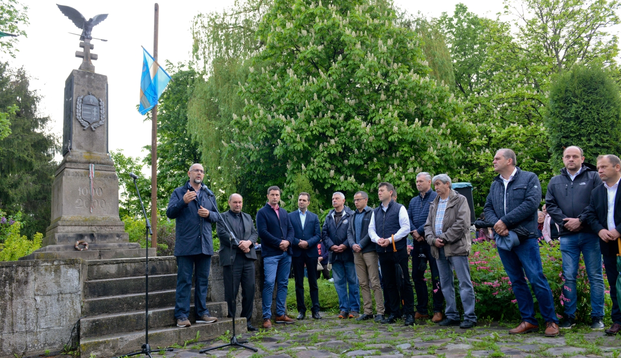 Úzvölgyi katonatemető: egymás kezét fogva tiltakoztak Csíkszentmártonban
