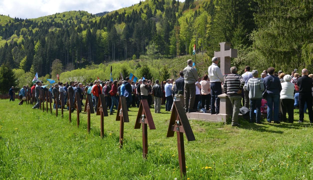 Több ezer ember kiáltotta az úzvölgyi sírkertben: ne bántsd a magyart!