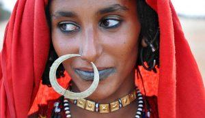 A hatalmas arany zumám, orrdísz kiemeli e nomád kababish asszony szépségét és rangját (Al Hamrat al-Sheikh) Fotó: Nagy Enikő/National Geographic