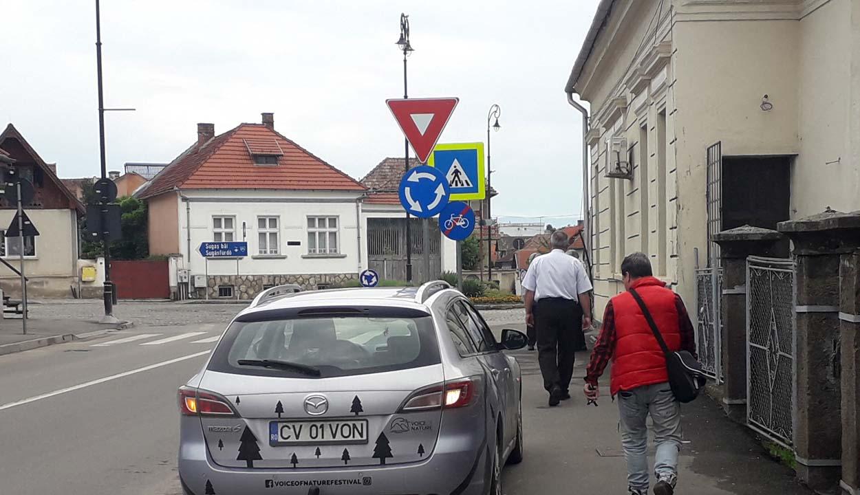 Nehezen megy a járdán-parkolás felszámolása