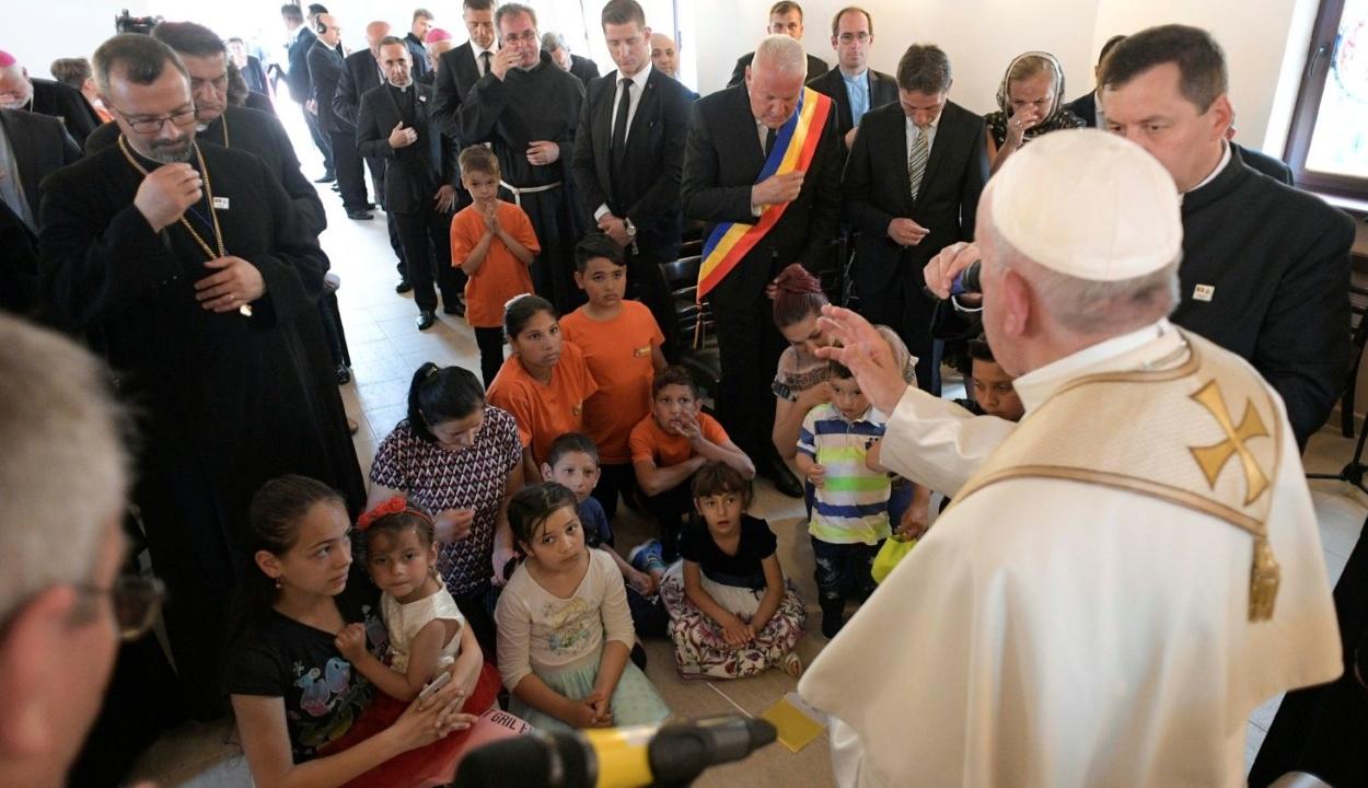 Ferenc pápa bocsánatot kért a romáktól az egyház nevében az őket ért diszkriminációért