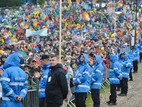 Több magyar meghívottat kizártak a hatóságok a csíksomlyói pápai miséről