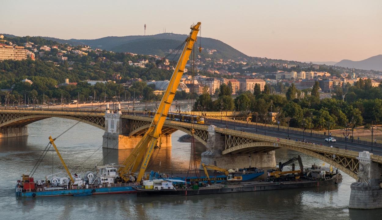 Dunai hajóbaleset: sikeresen kiemelték az elsüllyedt hajót