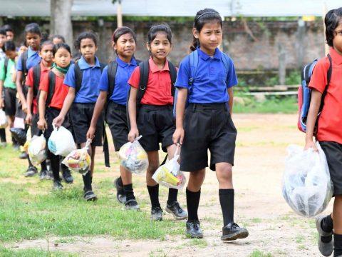 Szeméttel fizetnek egy indiai iskolában