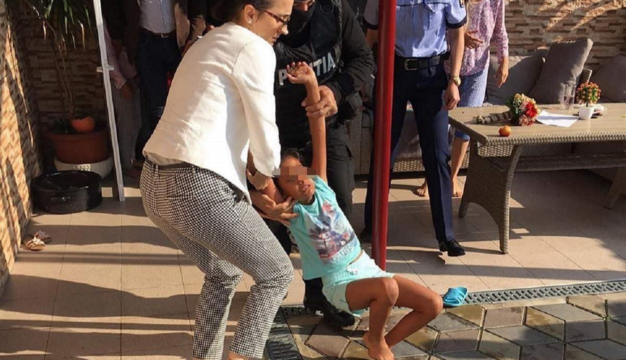 Vizsgálatot rendeltek el a nevelőszülőktől elvonszolt kislány ügyében