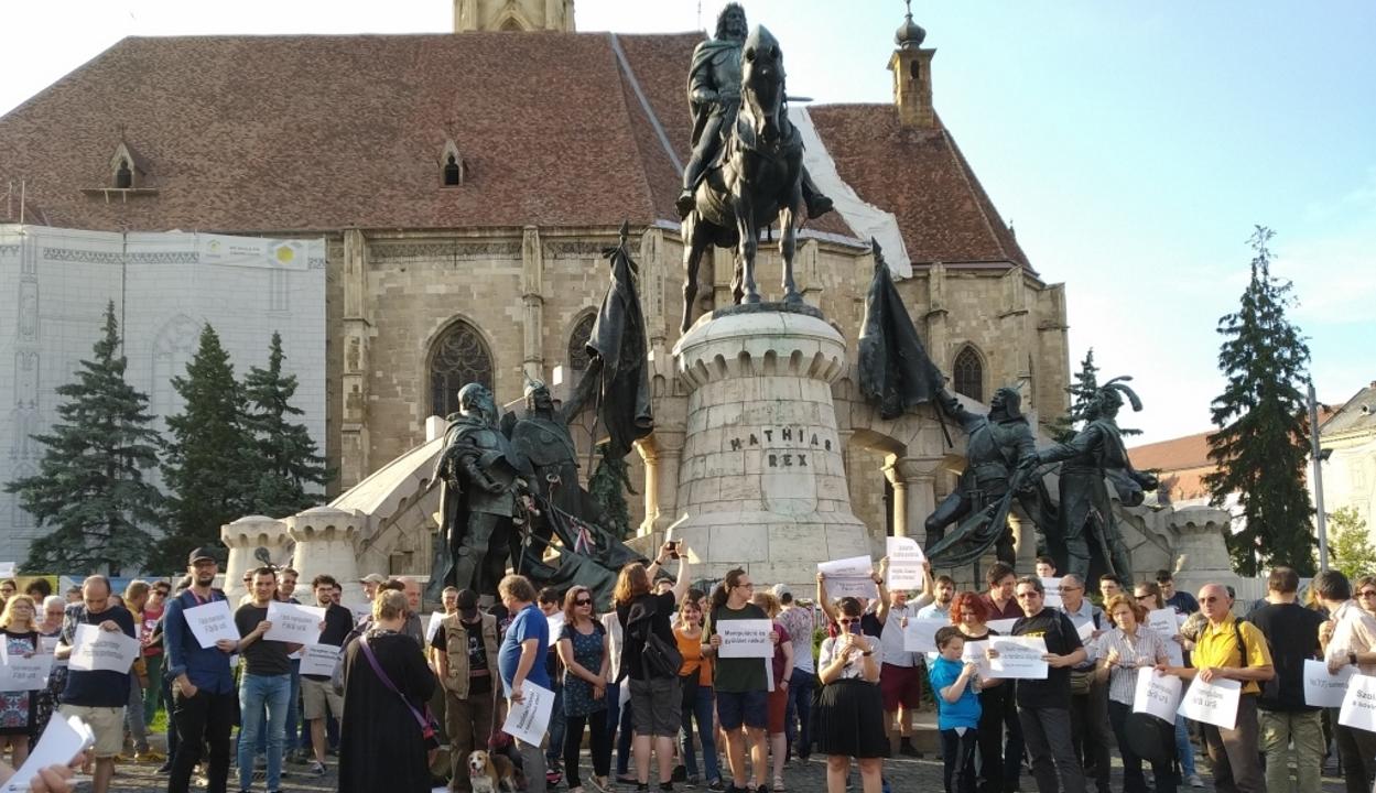 Mintegy háromszázan vettek részt Kolozsváron egy román-magyar szolidaritási tüntetésen