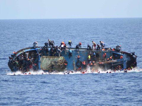 Idén már mintegy 900 menedékkérő fulladt a Földközi-tengerbe