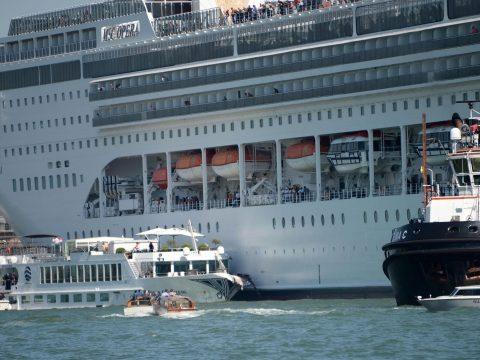 Turistahajónak ütközött egy tengerjáró hajó Velencében, többen megsérültek