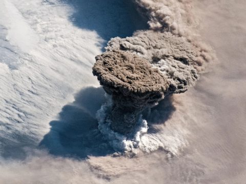 Olyan erővel tört ki egy vulkán, hogy az űrből is látni lehet a hamufelhőt