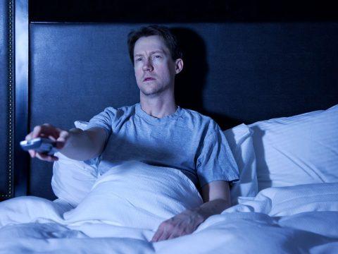 Nagyobb eséllyel hízunk el, ha bekapcsolva maradt tévé mellett alszunk el