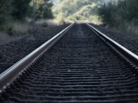 Több mint 600 millió euróból újul meg a Brassó és Segesvár közötti vasútvonal két szakasza