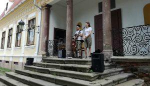 Főczéék neveltjei közül Ede és Erika popzenei összeállítással színesítették az ünnepnap műsorát