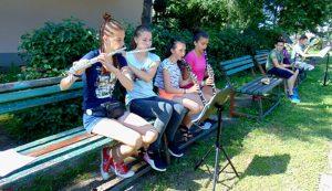 Az oktatás hangszerek szerint kialakított kisebb csoportokban folyik