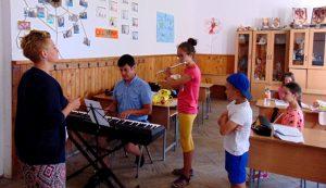 A záróelőadást zongorán kísérő Lőfi Gellért felkészülés közben