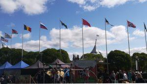 24 nemzet zászlaja leng a kaustineni folklórfesztivál fő helyszínének bejáratánál