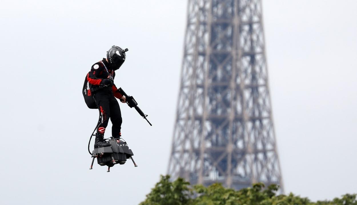 Rohamkatonát repített Párizs fölött a Vissza a jövőbe légdeszkája