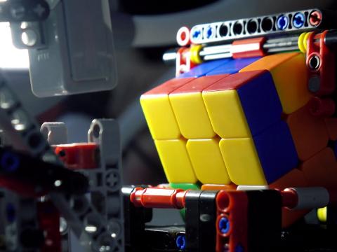 Egy mesterséges intelligencia 1,2 másodperc alatt kirakja a Rubik-kockát