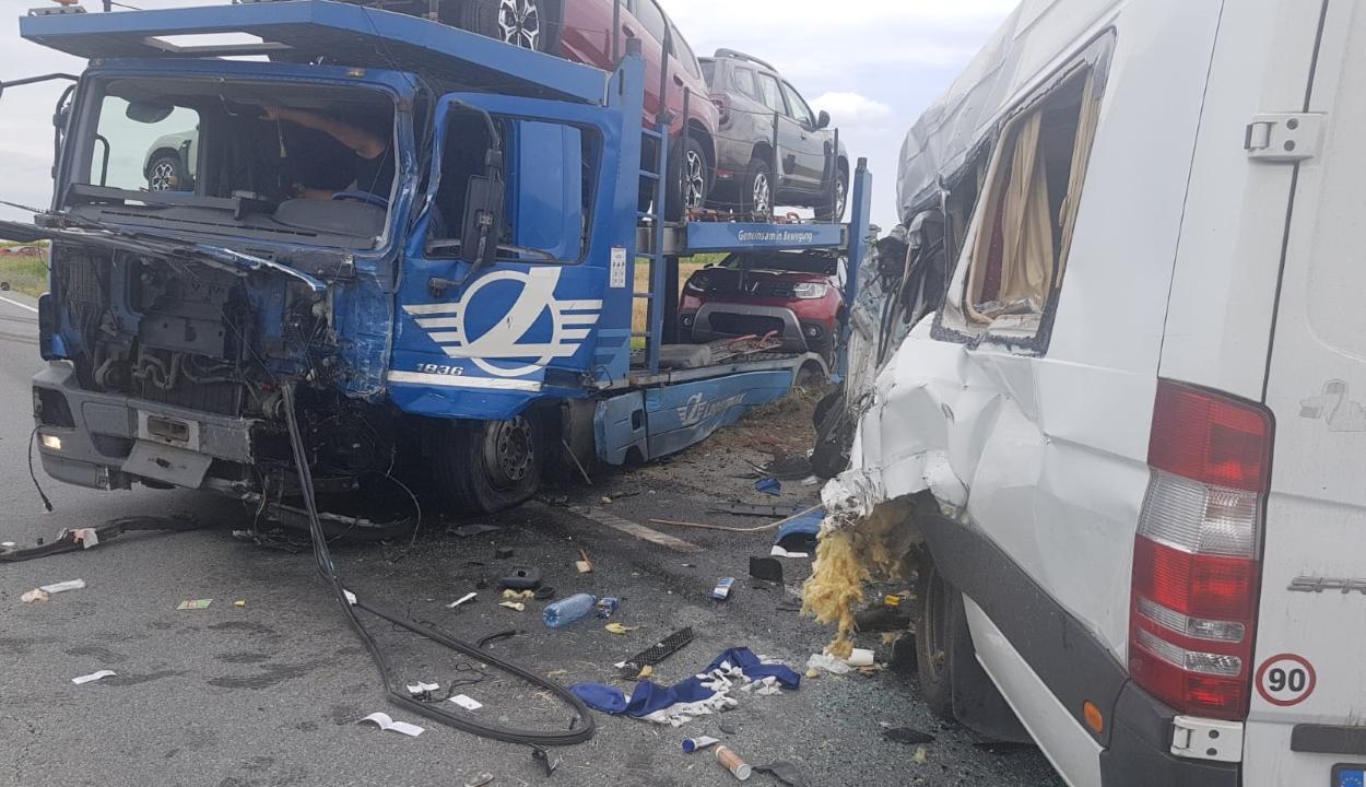 Láncbaleset történt Olt megyében, 16 sérült