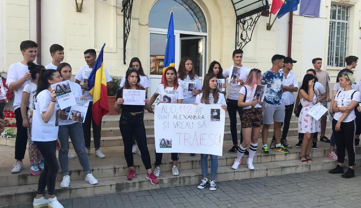 Tanulók tüntettek a caracali polgármesteri hivatal és a rendőrség épülete előtt
