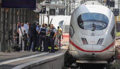 Vonat elé löktek egy anyát gyermekével Frankfurtban, a kisfiú meghalt
