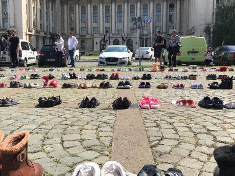 Több száz cipőt raktak ki a belügyminisztérium épülete elé az eltűnt gyermekek emlékére